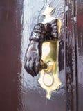 Knocker двери формы руки латунный Стоковые Изображения RF