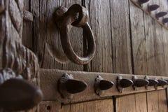 Knocker и стержни двери литого железа закрывают вверх Стоковые Фотографии RF