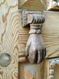 Старый бронзовый knocker на деревянной двери Стоковые Изображения RF