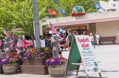 Knoebels é um parque de diversões da entrada gratuita para famílias foto de stock
