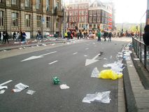 Knoei op de straten na de viering van Konings` s Dag/vroeger Koningin` s Dag, Amsterdam, Holland, Nederland stock foto