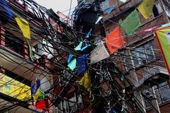 Knoei van draden en gebedvlaggen in Katmandu stock afbeelding