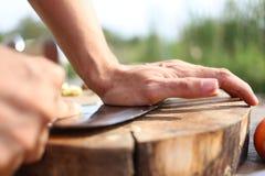 Knoflook dat op een houten hakbord wordt verpletterd royalty-vrije stock foto's