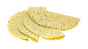 Knoflook en kruid op smaak gebrachte die tortillaomslagen op witte backgrou wordt gevouwen Royalty-vrije Stock Fotografie