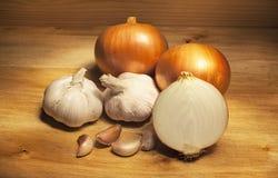 Knoflook en onionon op houten lijst Stock Foto's