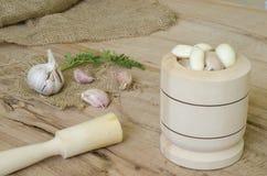 Knoflook en peterseliebladeren op hout en canvas Royalty-vrije Stock Fotografie