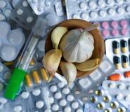 Knoflook en pillen op witte achtergrond royalty-vrije stock foto