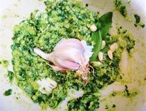 Knoflook in Groene Pesto met Basilicum en Pijnboomnoten royalty-vrije stock afbeeldingen