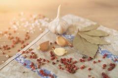 Knoflook, laurier en Spaanse peper op houten achtergrond Royalty-vrije Stock Fotografie