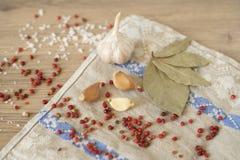 Knoflook, laurier en Spaanse peper op houten achtergrond Stock Fotografie