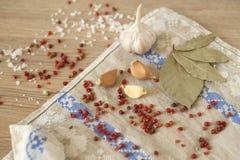 Knoflook, laurier en Spaanse peper op houten achtergrond Royalty-vrije Stock Foto