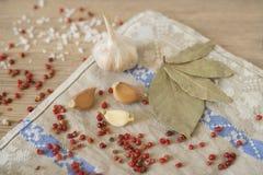 Knoflook, laurier en Spaanse peper op houten achtergrond Royalty-vrije Stock Foto's