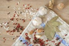 Knoflook, laurier en Spaanse peper op houten achtergrond Stock Afbeeldingen
