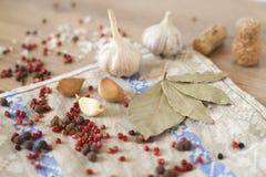 Knoflook, laurier en Spaanse peper op houten achtergrond Stock Foto's