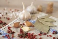 Knoflook, laurier en Spaanse peper op houten achtergrond Stock Afbeelding