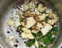 Knoflook, laurierblad, peper en kruiden Stock Foto