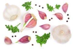 Knoflook met peperbollen en peterseliebladeren op witte achtergrond worden geïsoleerd die Hoogste mening Vlak leg patroon Stock Foto's