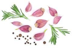 Knoflook met rozemarijn en peperbollen op witte achtergrond worden geïsoleerd die Hoogste mening Vlak leg patroon Royalty-vrije Stock Foto's