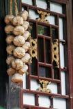Knoflook op het oude venster. Stock Afbeeldingen
