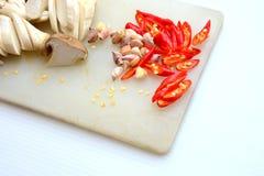 Knoflook, paddestoelspaanse pepers bij het hakken van blok Royalty-vrije Stock Foto