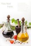 Knoflook, tomaten, olijfolie en azijn met kruid Royalty-vrije Stock Foto