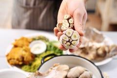 Knoflook in vegetarische keuken Stock Afbeeldingen