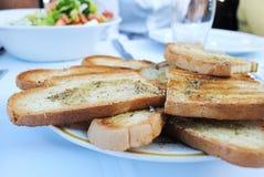 Knoflookbrood en salade Stock Foto's