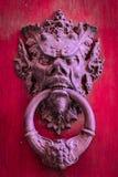 Knoker двери на старой красной деревянной двери Стоковое фото RF
