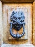 Knoker antico della porta su una porta di wodden in Toscana Immagini Stock Libere da Diritti