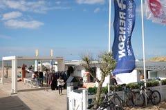 Knokke/België-08 08 18: Het strandclub knokke België van het rivierhout stock foto's