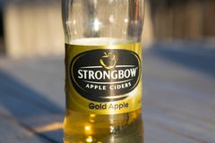 Knokke/Belgium-06 08 18 : bouteille vide de helf de cidre de pomme de strongbow images stock
