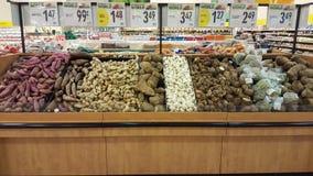 Knolgroenten Aardappels en wortels kruidenierswinkel royalty-vrije stock foto