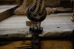 Knoop met het zeil van de kabelholding op boot royalty-vrije stock foto's