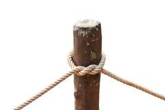Knoop van kabel rond houten staak wordt gebonden die Stock Foto's