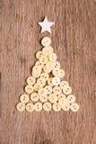 Knopen als decoratieve Kerstboom op houten Royalty-vrije Stock Foto's