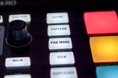 Knopen en stootkussens op moderne muziekmachine royalty-vrije stock fotografie