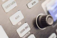 Knopen en stootkussens op moderne muziekmachine royalty-vrije stock afbeeldingen