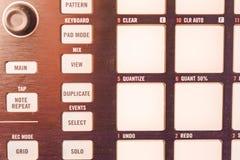 Knopen en stootkussens op moderne muziekmachine stock foto's
