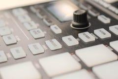 Knopen en stootkussens op moderne muziekmachine royalty-vrije stock foto