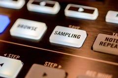 Knopen en stootkussens op moderne muziekmachine royalty-vrije stock afbeelding