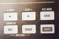 Knopen en stootkussens op moderne muziekmachine stock afbeeldingen
