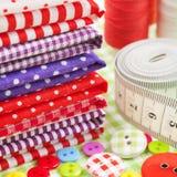Knopen, kleurrijke stoffen, die band, speldkussen, vingerhoedje meten Stock Foto
