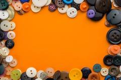 Knopen op een oranje achtergrond Royalty-vrije Stock Afbeeldingen