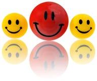 Knopen, ronde die emoticons in geel glimlachen, rood Opgezet op een magneet aan de ijskast Stock Foto's