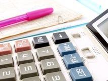 Knopen van de close-up de blauwe belasting op de calculator en roze pen op financiële documenten Stock Fotografie