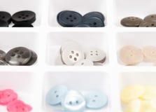 Knopen van verschillende grootte, vorm en kleur op wit Stock Foto's