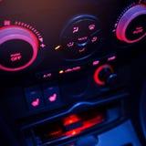 Knopf auf Armaturenbrett in der modernen Autoplatte lizenzfreies stockfoto