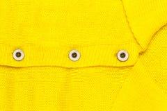 Knopf auf gelbem Trikot Stockfoto