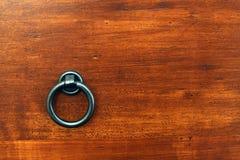 Knopf auf Holz lizenzfreie stockbilder
