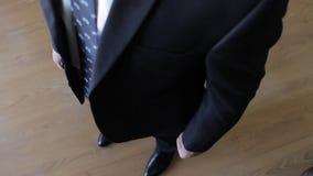 Knopfbräutigamknöpfe auf Jacke stock video footage